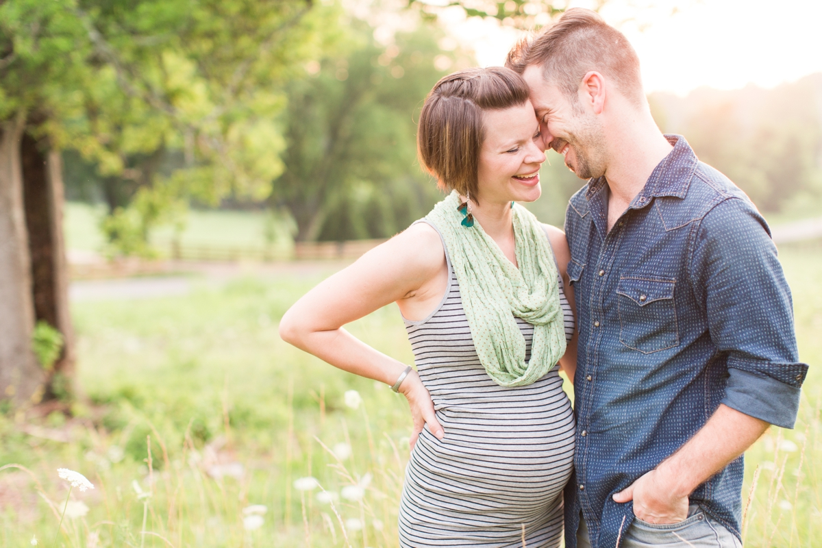 beautiful natural light family portraits in a field_1584