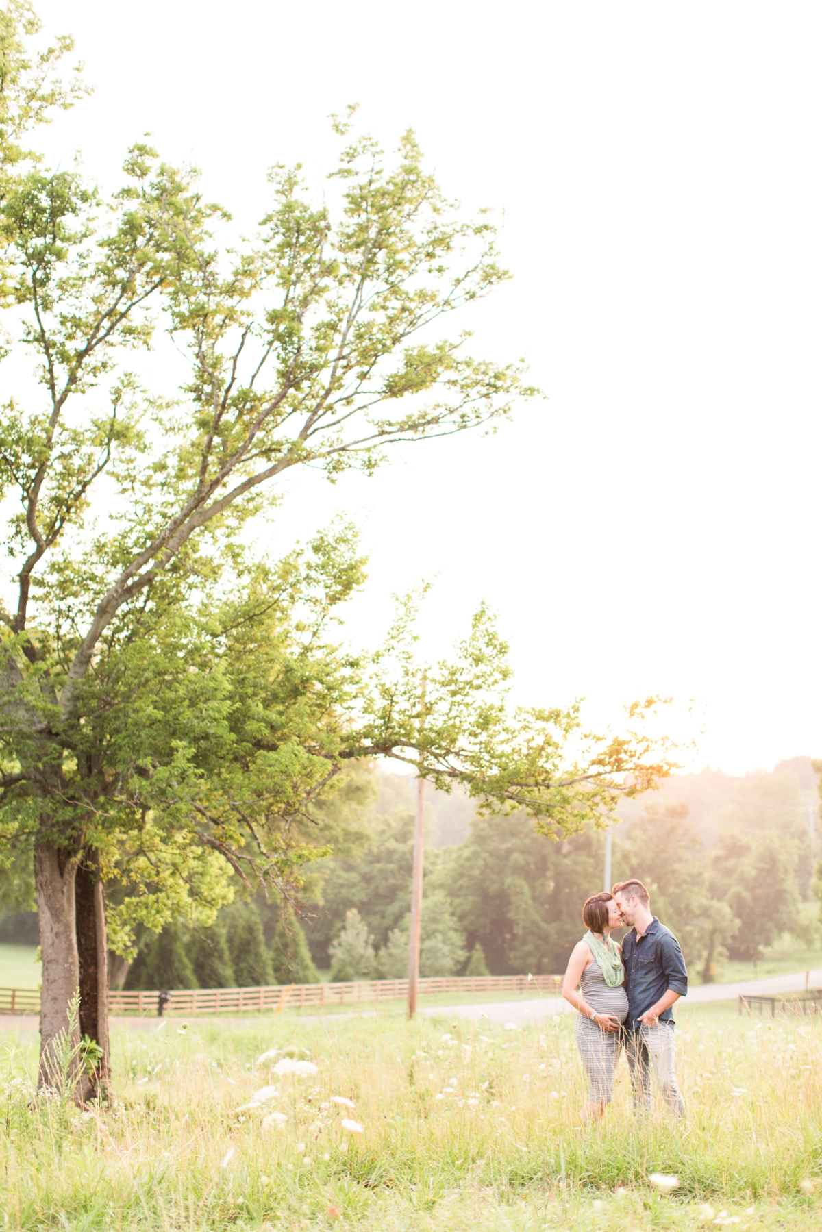 beautiful natural light family portraits in a field_1589