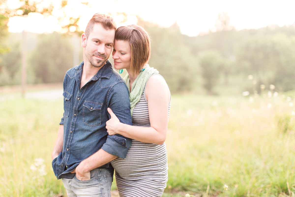 beautiful natural light family portraits in a field_1590