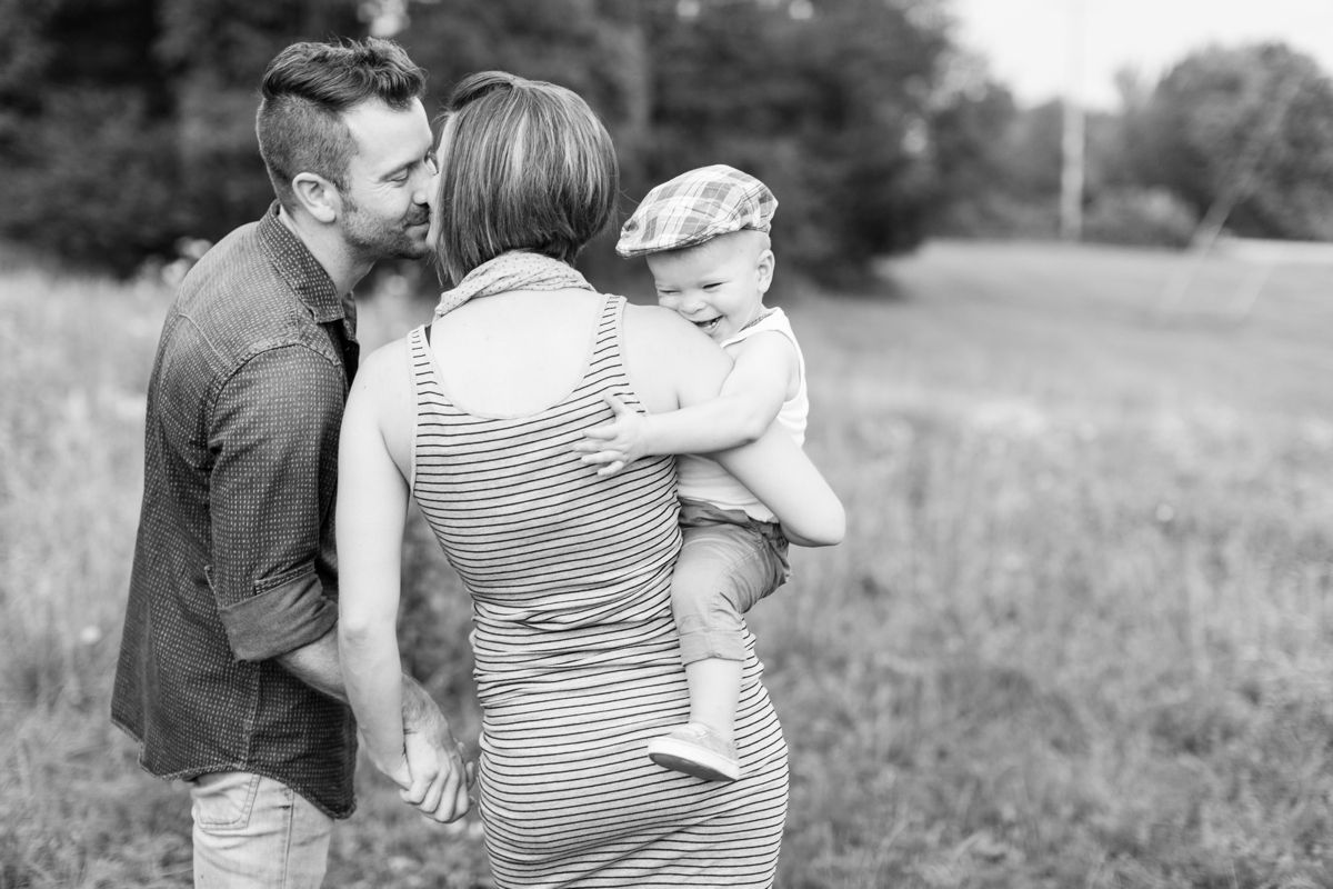 beautiful natural light family portraits in a field_1592